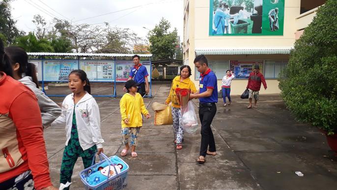 Người dân nô nức trở về nhà khi bão số 16 (Tembin) không vào miền Tây - Ảnh 8.