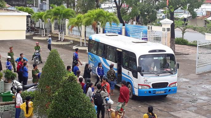 Người dân nô nức trở về nhà khi bão số 16 (Tembin) không vào miền Tây - Ảnh 10.