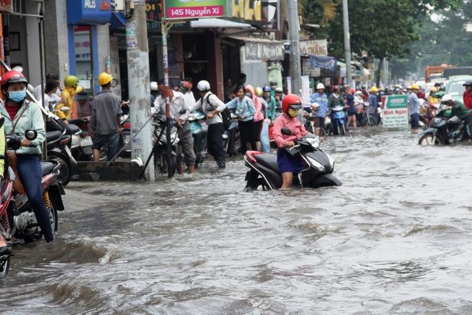 Vạn người khốn khổ trong kẹt xe, ngập nước ở TP HCM - Ảnh 1.