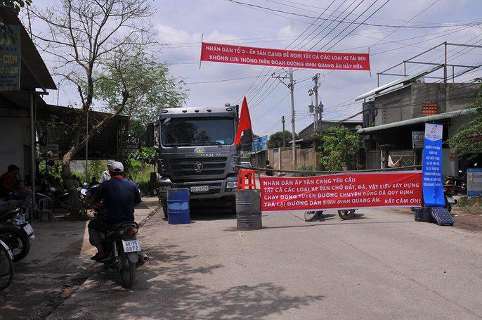Người dân Đồng Nai chặn xe ben phá đường - Ảnh 3.