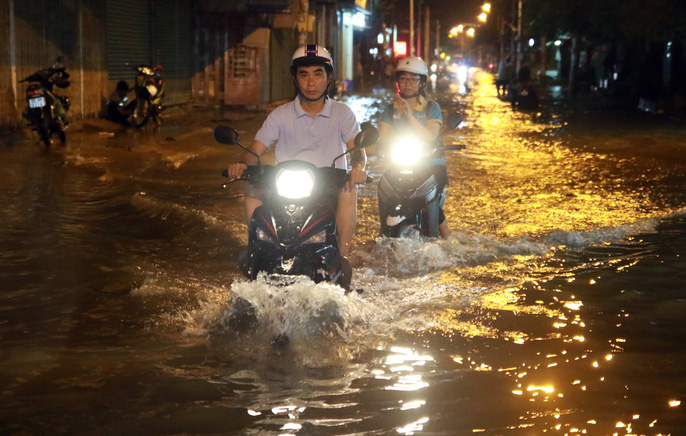 Sài Gòn hụp lặn trong nước ngập đêm đầu tuần - Ảnh 6.
