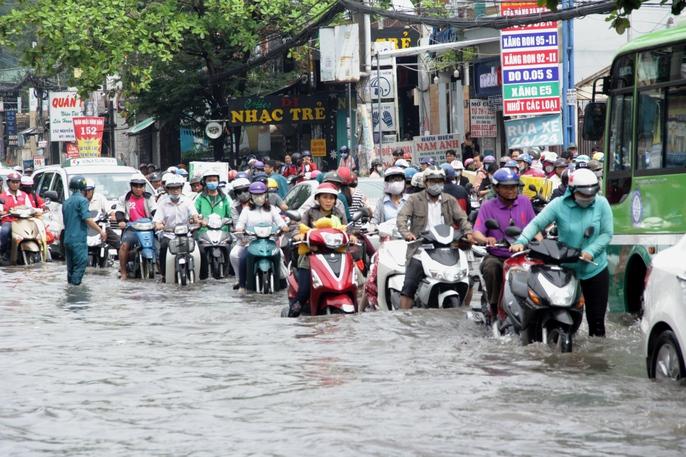 Vạn người khốn khổ trong kẹt xe, ngập nước ở TP HCM - Ảnh 3.