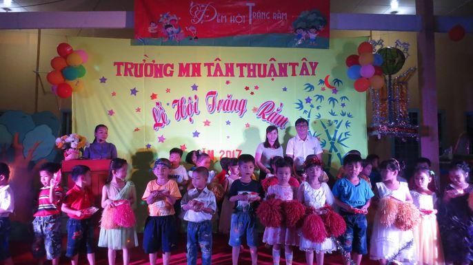 Báo Người Lao Động tặng quà trung thu cho HS nghèo ở Đồng Tháp - Ảnh 3.