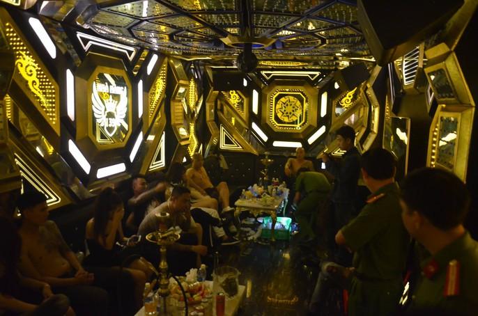 Hơn 100 nam - nữ mở tiệc ma túy trong quán karaoke ở TP HCM - Ảnh 5.