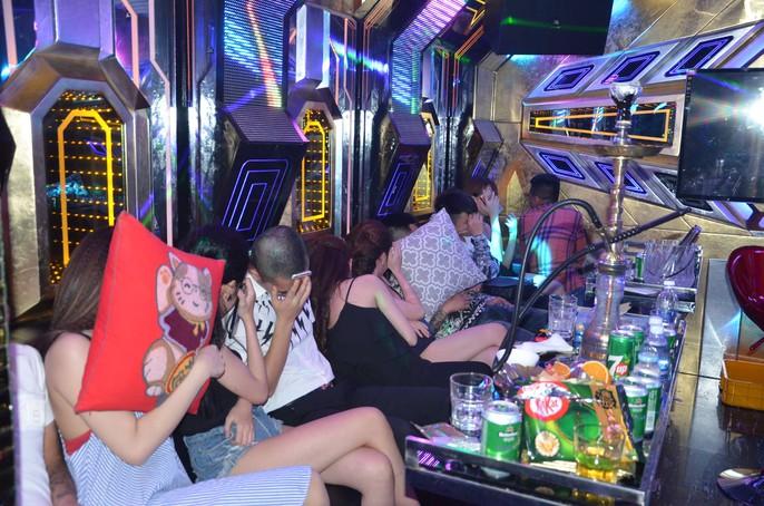 Hơn 100 nam - nữ mở tiệc ma túy trong quán karaoke ở TP HCM - Ảnh 2.
