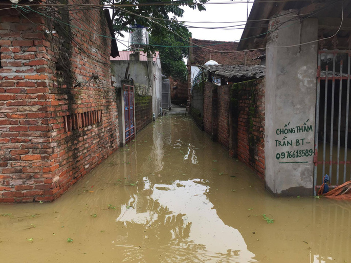 Cận cảnh nước ngập nhà dân ở nơi vỡ đê có kế hoạch - Ảnh 9.