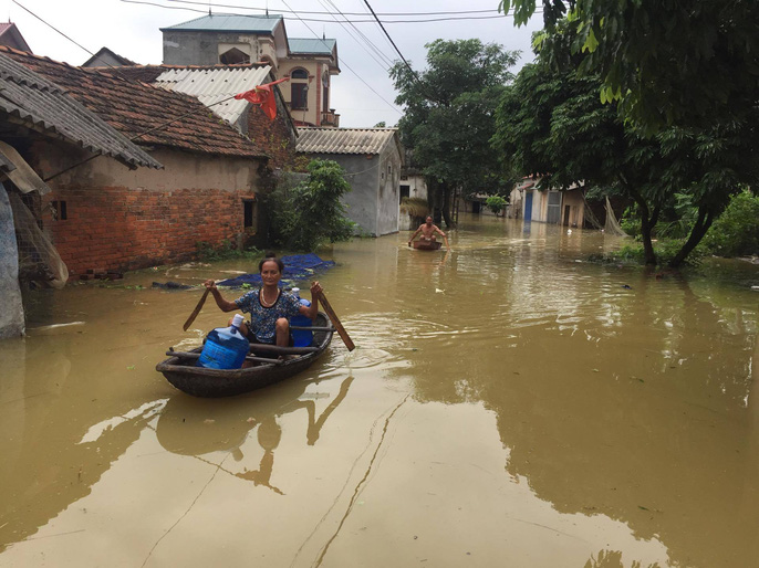 Cận cảnh nước ngập nhà dân ở nơi vỡ đê có kế hoạch - Ảnh 10.