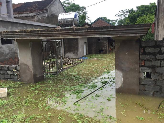 Cận cảnh nước ngập nhà dân ở nơi vỡ đê có kế hoạch - Ảnh 11.