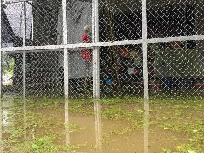 Cận cảnh nước ngập nhà dân ở nơi vỡ đê có kế hoạch - Ảnh 12.