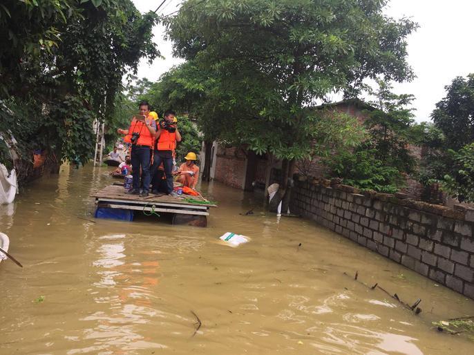 Cận cảnh nước ngập nhà dân ở nơi vỡ đê có kế hoạch - Ảnh 15.