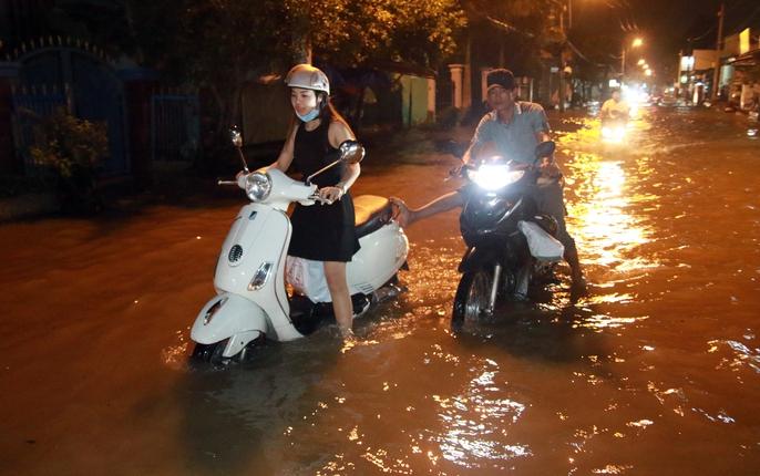 Sài Gòn hụp lặn trong nước ngập đêm đầu tuần - Ảnh 9.