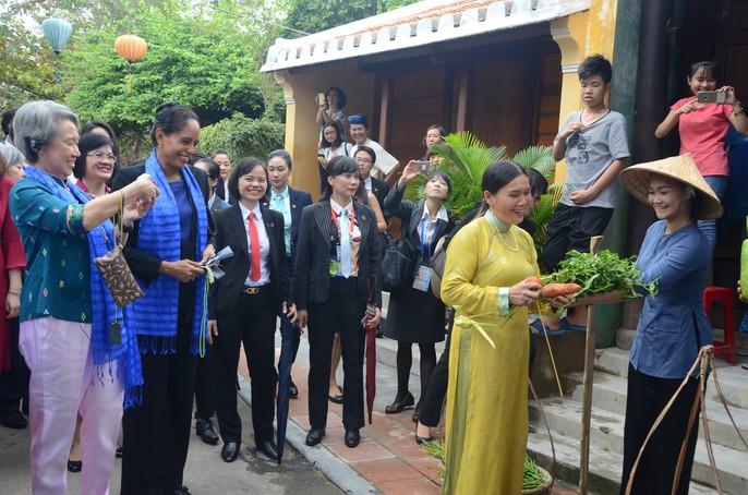 APEC 2017: Phu nhân các nhà lãnh đạo thích thú thăm Hội An - Ảnh 8.