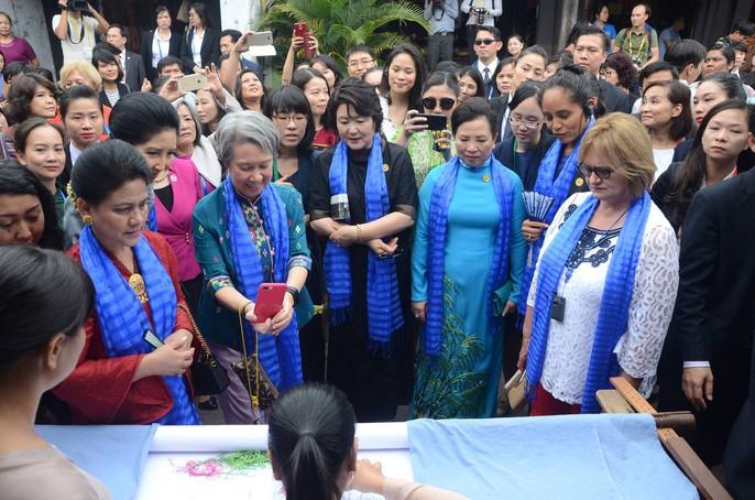 APEC 2017: Phu nhân các nhà lãnh đạo thích thú thăm Hội An - Ảnh 5.