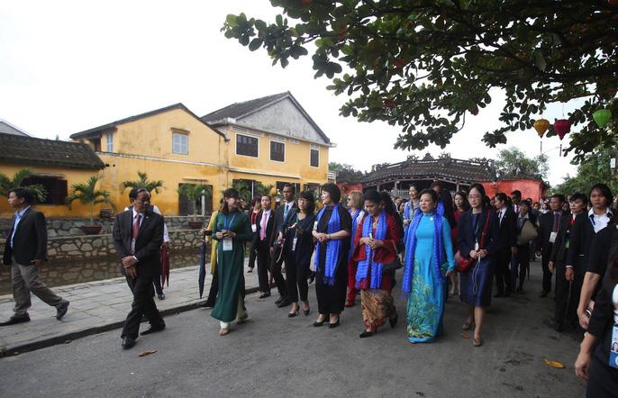 APEC 2017: Phu nhân các nhà lãnh đạo thích thú thăm Hội An - Ảnh 15.