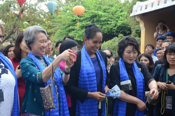 APEC 2017: Phu nhân các nhà lãnh đạo thích thú thăm Hội An - Ảnh 14.