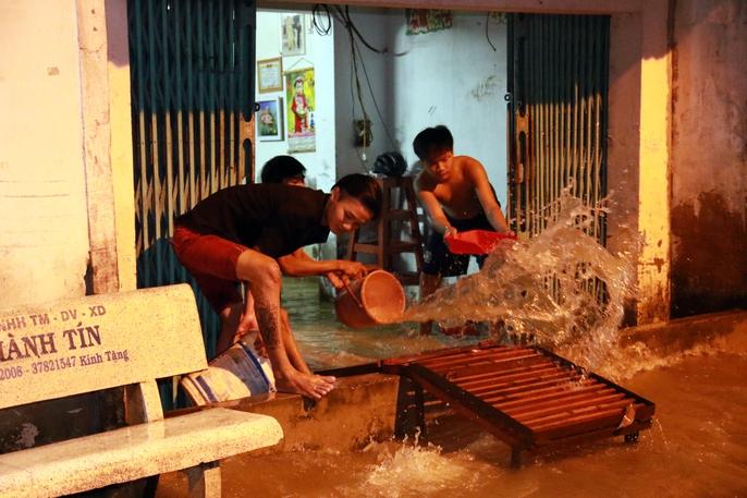 Sài Gòn hụp lặn trong nước ngập đêm đầu tuần - Ảnh 18.