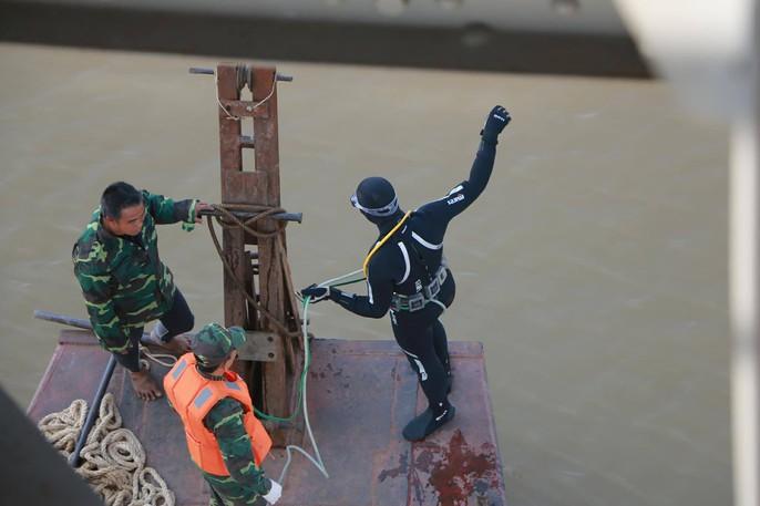 Đã trục vớt quả bom lớn nằm sát trụ cầu Long Biên - Ảnh 3.