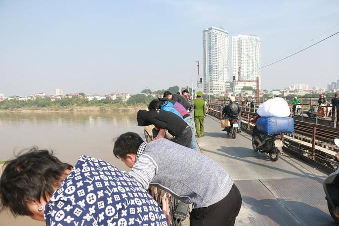 Đã trục vớt quả bom lớn nằm sát trụ cầu Long Biên - Ảnh 6.