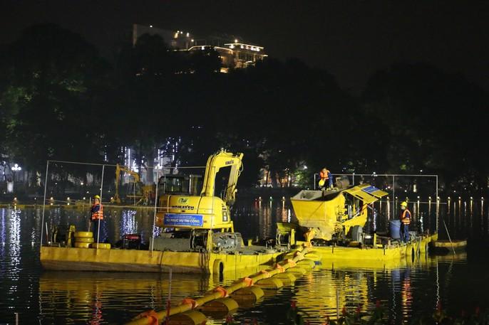 Cận cảnh trắng đêm nạo vét Hồ Gươm trong giá rét - Ảnh 4.