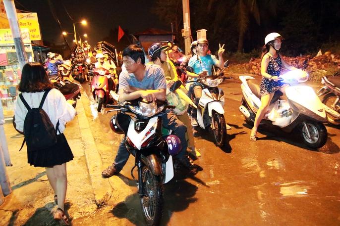 Sài Gòn hụp lặn trong nước ngập đêm đầu tuần - Ảnh 20.