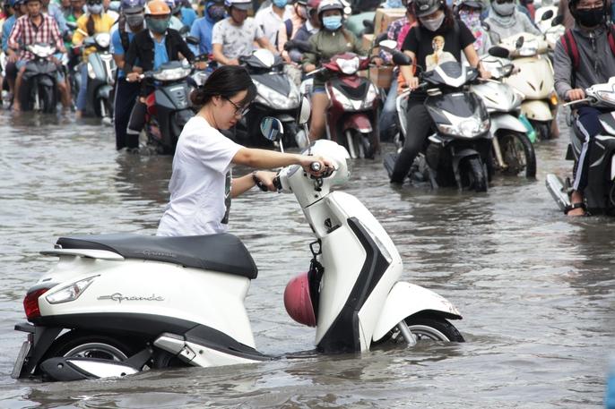 Vạn người khốn khổ trong kẹt xe, ngập nước ở TP HCM - Ảnh 15.