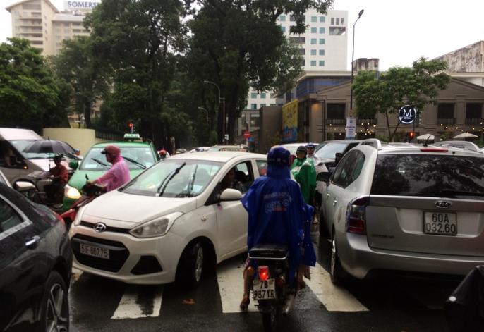 Người Sài Gòn khốn đốn trong cơn mưa đầu tuần - Ảnh 5.