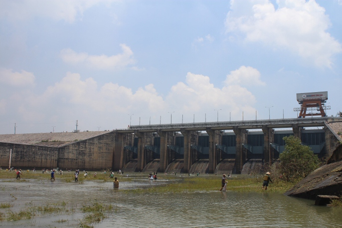 Đổ xô đi bắt cá ở hồ thủy điện Trị An - Ảnh 5.
