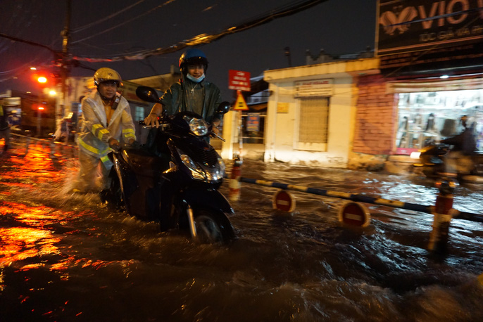 CSGT dầm mưa giúp dân qua đoạn ngập ở Sài Gòn - Ảnh 6.
