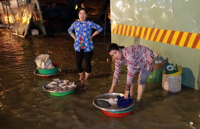 Sài Gòn hụp lặn trong nước ngập đêm đầu tuần - Ảnh 3.