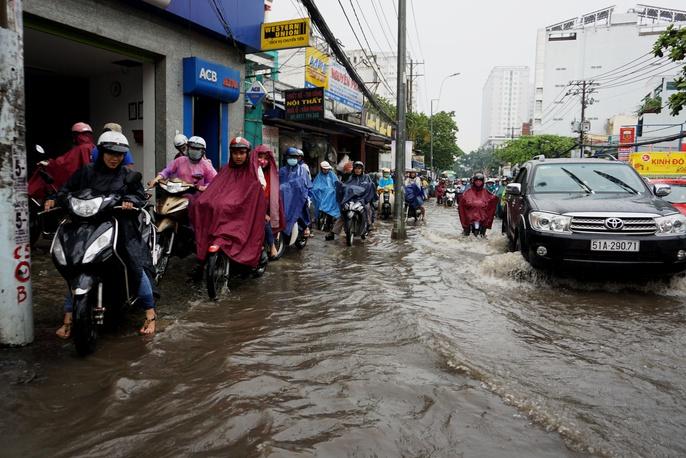 Đường sá TP HCM hỗn loạn sau cơn mưa lớn - Ảnh 2.