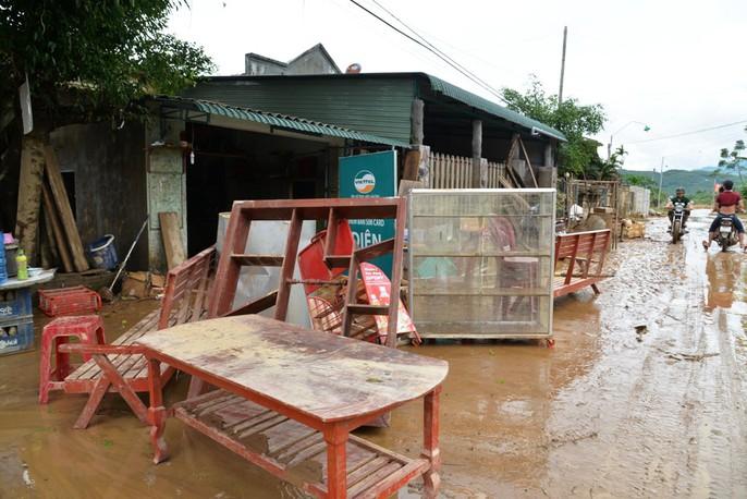 Quảng Ngãi: Nhiều nơi tan hoang sau trận lũ kỳ lạ - Ảnh 6.
