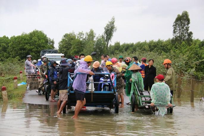 Người dân Quảng Nam dùng xe bò chở xe máy vượt lũ - Ảnh 11.