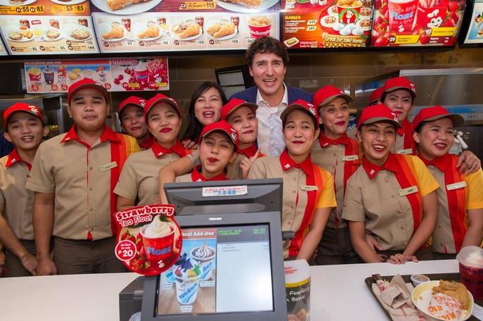 Philippines: Thủ tướng Canada gây náo loạn khi mua gà rán - Ảnh 12.
