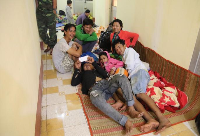 Người dân Cà Mau nín thở chờ bão số 16 (Tembin) qua nhanh - Ảnh 17.