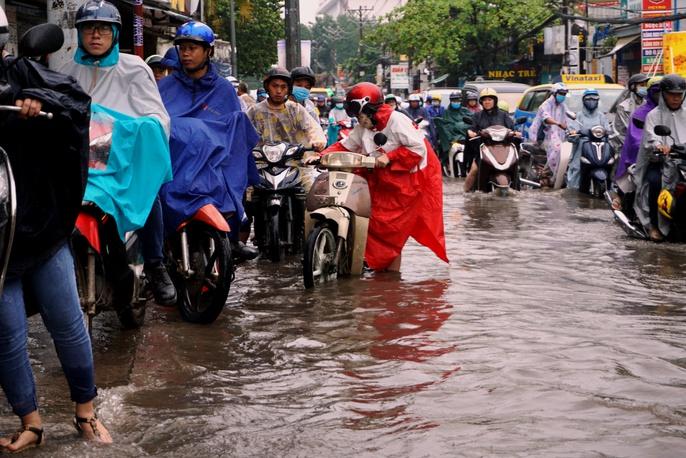 Đường sá TP HCM hỗn loạn sau cơn mưa lớn - Ảnh 3.