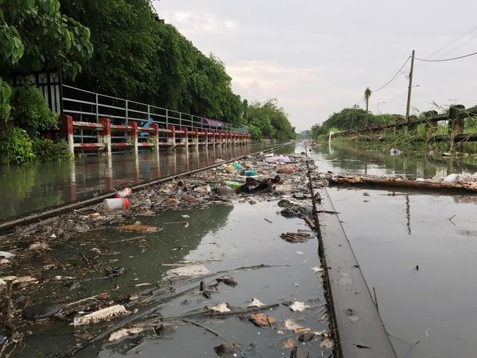 Sài Gòn mưa rả rích nhưng mênh mông nước! - Ảnh 3.