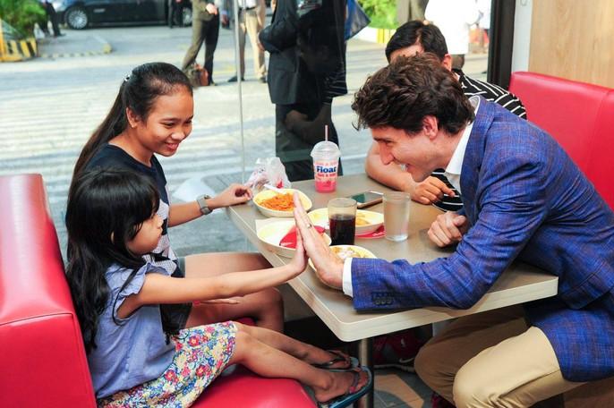 Philippines: Thủ tướng Canada gây náo loạn khi mua gà rán - Ảnh 6.