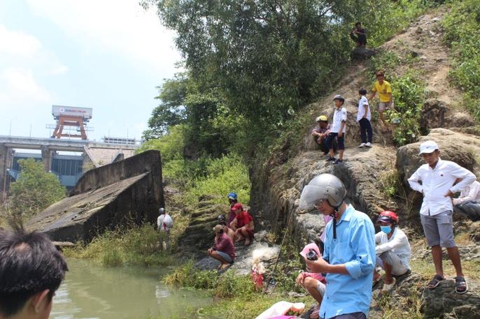 Đổ xô đi bắt cá ở hồ thủy điện Trị An - Ảnh 9.
