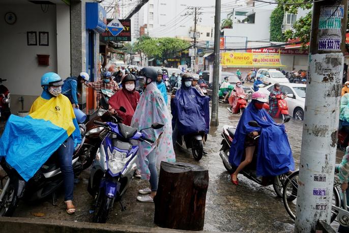 Đường sá TP HCM hỗn loạn sau cơn mưa lớn - Ảnh 10.
