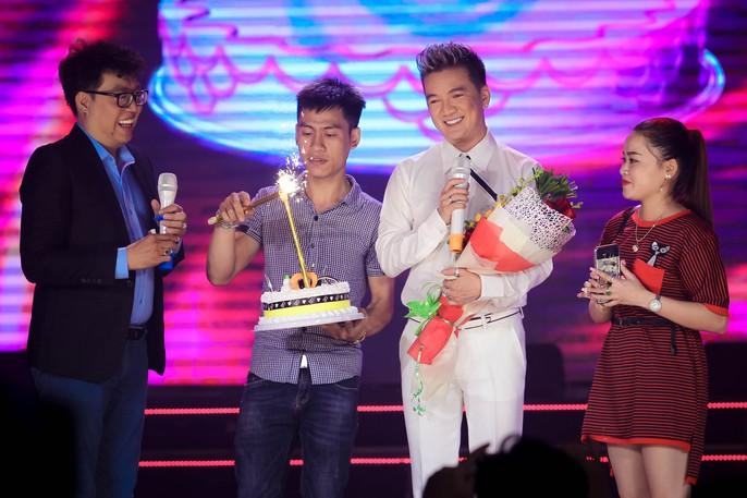 Đàm Vĩnh Hưng vỡ òa khi được fan tổ chức sinh nhật trên sân khấu - Ảnh 5.