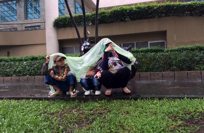 Người Sài Gòn khốn đốn trong cơn mưa đầu tuần - Ảnh 9.