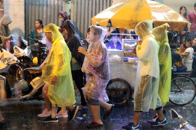 Trẻ em mệt mỏi dưới mưa trong đêm Tết thiếu nhi - Ảnh 13.
