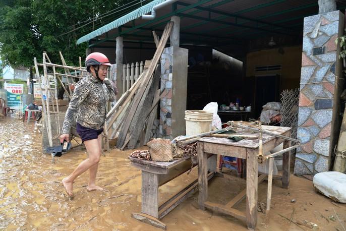 Quảng Ngãi: Nhiều nơi tan hoang sau trận lũ kỳ lạ - Ảnh 2.