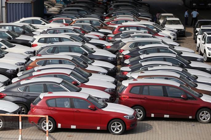 Xót xa nhìn hàng trăm xe sang nằm phơi sương - Ảnh 1.