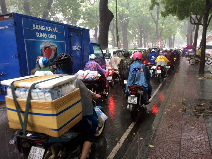 Người Sài Gòn khốn đốn trong cơn mưa đầu tuần - Ảnh 7.