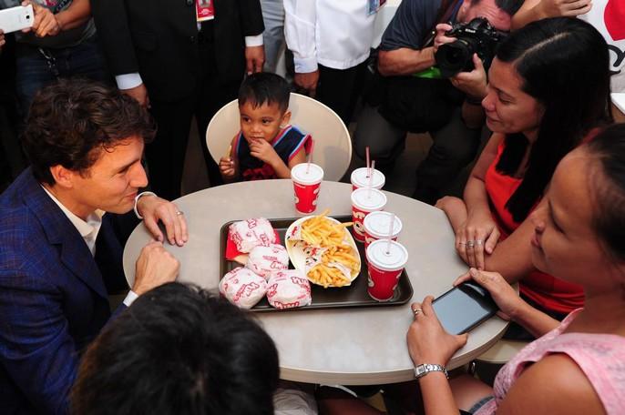 Philippines: Thủ tướng Canada gây náo loạn khi mua gà rán - Ảnh 4.
