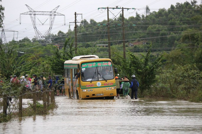 Người dân Quảng Nam dùng xe bò chở xe máy vượt lũ - Ảnh 9.