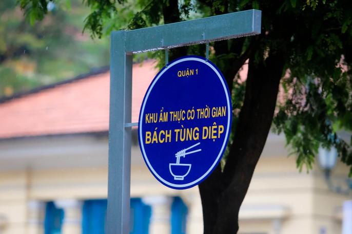 Hàng trăm người đội mưa đến phố hàng rong Bách Tùng Diệp - Ảnh 1.