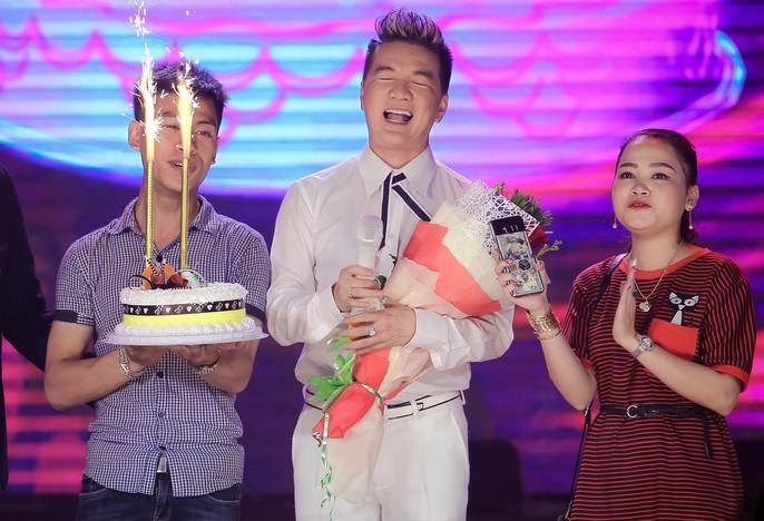 Đàm Vĩnh Hưng vỡ òa khi được fan tổ chức sinh nhật trên sân khấu - Ảnh 6.