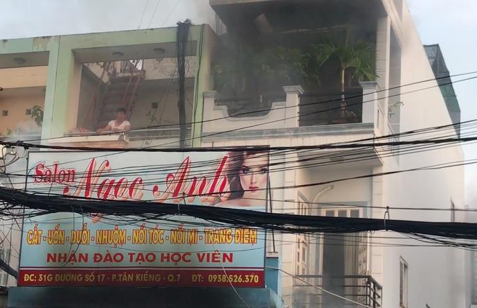 Giây phút tài xế xe tải tông sập cửa cứu căn nhà cháy - Ảnh 3.